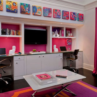Immagine di una cameretta per bambini design con pareti rosa e pavimento nero