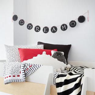 Foto de dormitorio infantil de 4 a 10 años, minimalista, pequeño, con paredes blancas y suelo de madera oscura