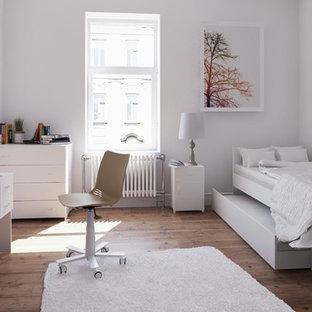 Ispirazione per una piccola cameretta per bambini con pareti bianche, pavimento in legno massello medio e pavimento giallo