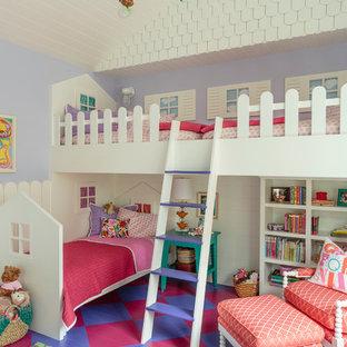 Immagine di una grande cameretta per bambini da 4 a 10 anni classica con pareti viola, pavimento in legno verniciato e pavimento multicolore