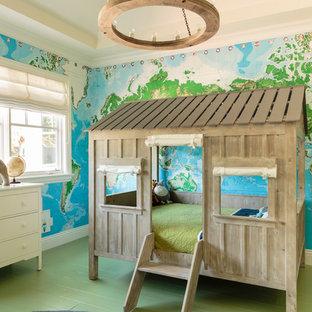 Foto di una grande cameretta per bambini da 4 a 10 anni tradizionale con pavimento in legno verniciato, pavimento verde e pareti multicolore