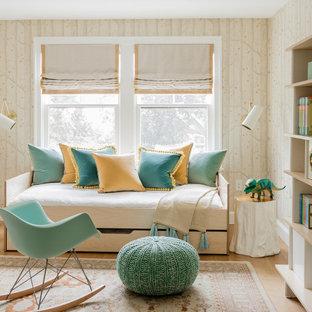 Inspiration för mellanstora klassiska pojkrum kombinerat med sovrum och för 4-10-åringar, med beige väggar, ljust trägolv och beiget golv