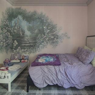 Immagine di una piccola cameretta per bambini da 4 a 10 anni vittoriana con pareti rosa, moquette e pavimento grigio
