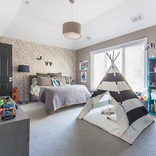 Cette photo montre une grand chambre d'enfant de 4 à 10 ans chic avec un mur marron, moquette, un sol marron, un plafond décaissé et du papier peint.