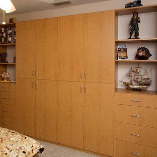 Ejemplo de dormitorio infantil clásico, de tamaño medio, con paredes beige, moqueta y suelo beige