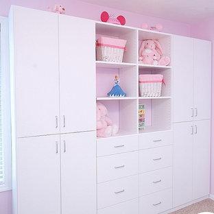 Стильный дизайн: детская среднего размера в классическом стиле с спальным местом, розовыми стенами, ковровым покрытием и бежевым полом для ребенка от 4 до 10 лет, девочки - последний тренд