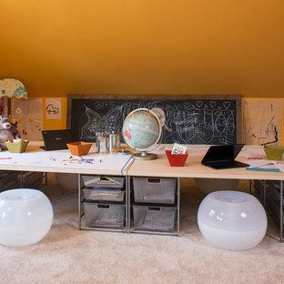 Immagine di una cameretta neutra da 4 a 10 anni bohémian con pareti gialle e moquette