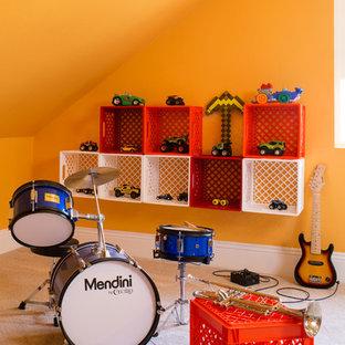 Bild på ett eklektiskt könsneutralt barnrum för 4-10-åringar, med gula väggar och heltäckningsmatta
