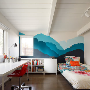 Modelo de dormitorio infantil retro con paredes multicolor y suelo de madera oscura