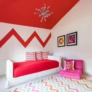 Foto på ett litet funkis flickrum kombinerat med sovrum, med flerfärgade väggar och målat trägolv