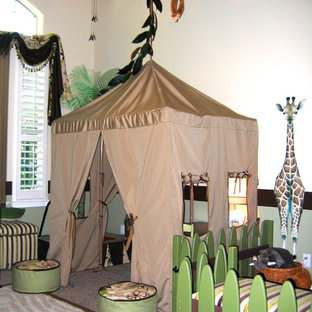 Aménagement d'une grand chambre d'enfant de 4 à 10 ans exotique avec un mur beige et moquette.