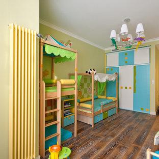 Idee per una cameretta per bambini da 4 a 10 anni minimal di medie dimensioni con pareti verdi e parquet scuro
