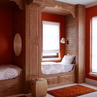 Cette photo montre une petite chambre d'enfant méditerranéenne avec un mur orange et moquette.
