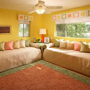 Idées déco pour une chambre d'enfant de 4 à 10 ans classique de taille moyenne avec un mur jaune et un sol en bois brun.