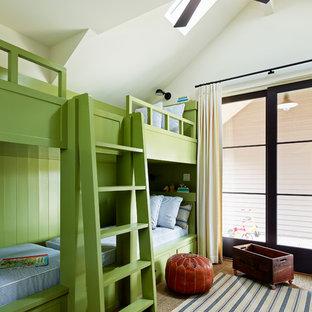 Idéer för lantliga könsneutrala barnrum kombinerat med sovrum, med vita väggar och heltäckningsmatta