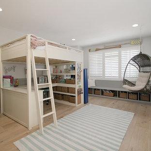 Imagen de dormitorio infantil marinero, grande, con paredes blancas, suelo de madera clara y suelo marrón