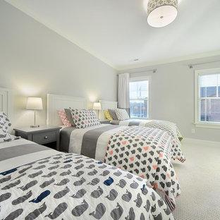 Immagine di una cameretta per bambini da 4 a 10 anni stile americano di medie dimensioni con pareti grigie, moquette e pavimento beige