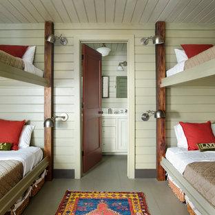 Foto de dormitorio infantil de 4 a 10 años, rústico, con paredes verdes, suelo de madera pintada y suelo gris