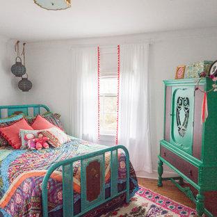 Idee per una cameretta per bambini boho chic di medie dimensioni con pareti bianche e parquet chiaro
