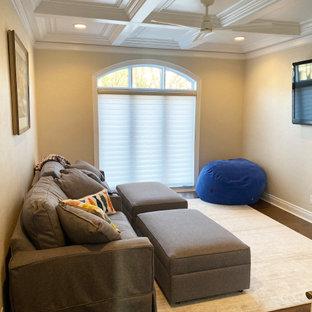 Exempel på ett mycket stort klassiskt barnrum, med beige väggar, mellanmörkt trägolv och brunt golv