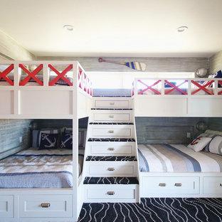 Стильный дизайн: большая нейтральная детская в морском стиле с спальным местом, разноцветными стенами, ковровым покрытием и черным полом - последний тренд
