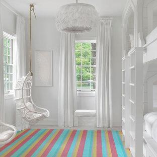Ejemplo de dormitorio infantil costero con paredes blancas y suelo de madera pintada