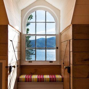 Ispirazione per una cameretta neutra costiera con pareti multicolore, pavimento in legno massello medio e pavimento arancione