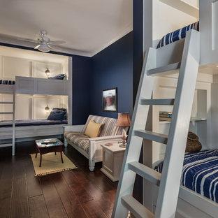 Ispirazione per una cameretta per bambini da 4 a 10 anni costiera con pareti blu, parquet scuro e pavimento marrone