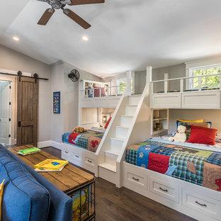 Idee per una cameretta per bambini da 4 a 10 anni rustica con pareti grigie, parquet scuro e pavimento marrone
