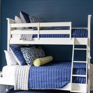Idéer för mellanstora maritima könsneutrala tonårsrum kombinerat med sovrum, med beige väggar, mörkt trägolv och blått golv