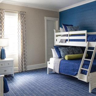 Idéer för mellanstora funkis könsneutrala tonårsrum kombinerat med sovrum, med beige väggar, mörkt trägolv och blått golv
