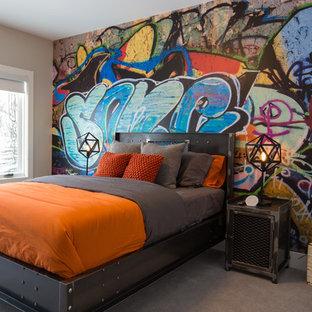 Cette photo montre une grande chambre d'enfant industrielle avec moquette, un sol gris et un mur multicolore.