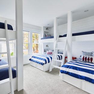 Esempio di una cameretta per bambini da 4 a 10 anni stile marino con pareti bianche, moquette e pavimento grigio