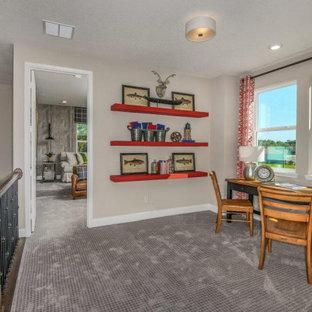 Idee per una piccola cameretta per bambini da 4 a 10 anni stile rurale con pareti beige, moquette e pavimento grigio