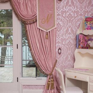 Foto di una cameretta per bambini chic con pareti rosa e parquet scuro