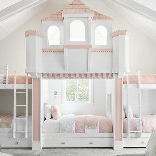 Idées déco pour une chambre d'enfant de 4 à 10 ans bord de mer avec un mur blanc, un sol gris, un plafond en lambris de bois et un plafond voûté.