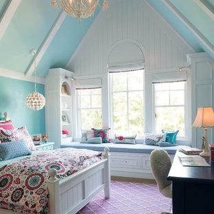 Стильный дизайн: детская в морском стиле с спальным местом, синими стенами, паркетным полом среднего тона и коричневым полом - последний тренд