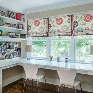 Exempel på ett klassiskt flickrum kombinerat med skrivbord och för 4-10-åringar, med beige väggar och mörkt trägolv