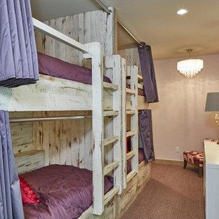 Klassisk inredning av ett mellanstort flickrum kombinerat med sovrum och för 4-10-åringar, med lila väggar, heltäckningsmatta och lila golv