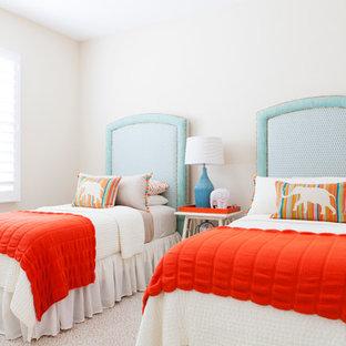 Esempio di una cameretta da letto mediterranea con pareti bianche e moquette