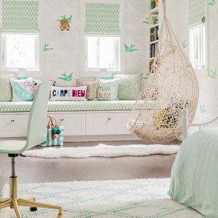 Großes Klassisches Jugendzimmer mit Schlafplatz, bunten Wänden, hellem Holzboden und braunem Boden in New York