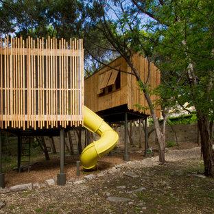 Inspiration för ett litet könsneutralt barnrum kombinerat med lekrum och för 4-10-åringar, med plywoodgolv och brunt golv