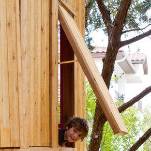 Foto di una piccola cameretta per bambini da 4 a 10 anni con pavimento in compensato e pavimento marrone