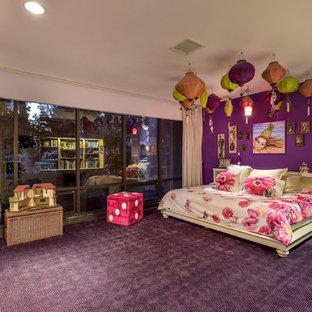 Foto på ett mellanstort 50 tals flickrum kombinerat med sovrum och för 4-10-åringar, med lila väggar, heltäckningsmatta och lila golv