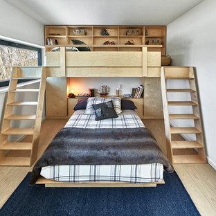 Diseño de dormitorio infantil minimalista, de tamaño medio, con paredes blancas, suelo de madera clara y suelo beige