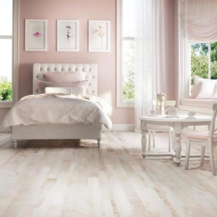 Idée de décoration pour une chambre d'enfant tradition avec un mur rose, un sol en bois clair et un sol violet.