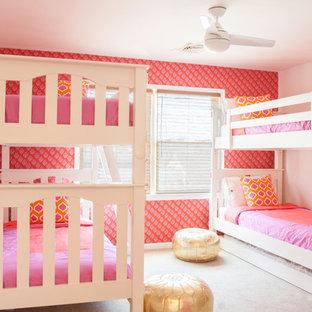 Cette image montre une chambre d'enfant de 4 à 10 ans marine de taille moyenne avec un mur blanc, moquette et un sol beige.
