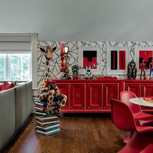 Esempio di una grande cameretta per bambini da 4 a 10 anni chic con pareti multicolore, parquet scuro e pavimento marrone