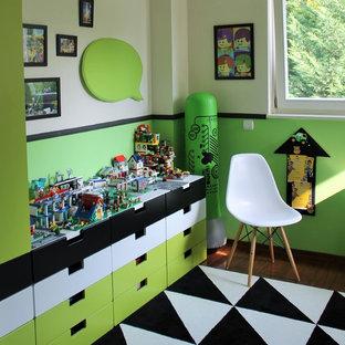 Cette image montre une chambre d'enfant de 4 à 10 ans minimaliste de taille moyenne avec moquette et un mur multicolore.