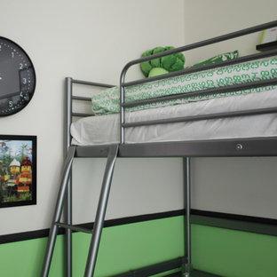 Esempio di una cameretta per bambini da 4 a 10 anni moderna di medie dimensioni con moquette e pareti multicolore